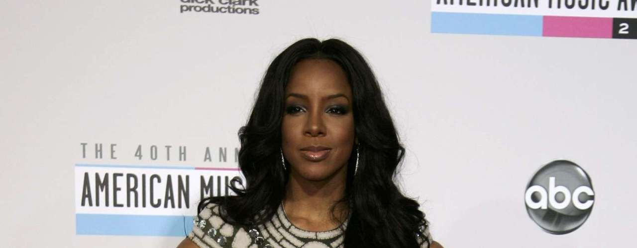 Singer Kelly Rowland poses as she arrives at the 40th American Music Awards in Los Angeles, California, November 18, 2012.