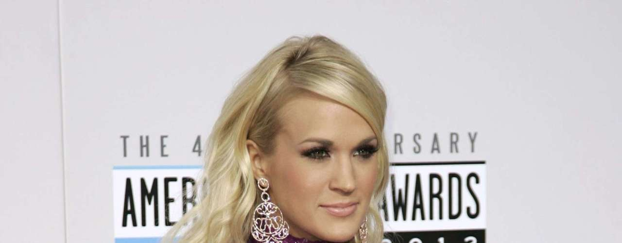 Singer Carrie Underwood poses as she arrives at the 40th American Music Awards in Los Angeles, California, November 18, 2012.