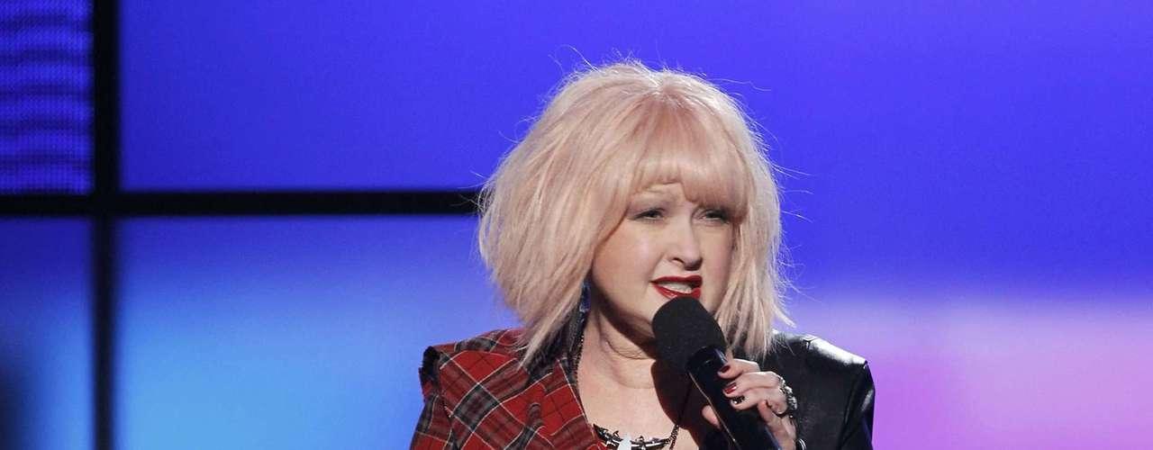 Cyndi Lauper anunció la presentación de Kesha en los American Music Awards, realizados en Los Ángeles, California, el 18 de noviembre.