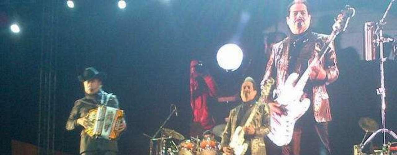 Los Tigres del Norte volvieron a rugir este sábado, ante más de 14 mil seguidores que se dieron cita en la Ciudad de México para ser testigos de un espectáculo en el que la agrupación demostró tener más garra que nunca, al contagiar de música, baile y diversión al público del Distrito Federal.