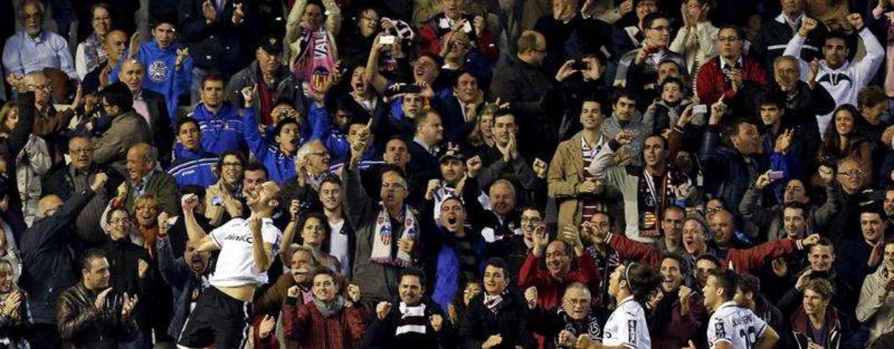 Con un penalti que no era, Valencia derrotó 2-1 al Espanyol en Mestalla.