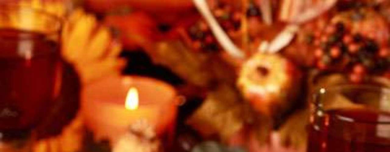 Juega con el color rojo y amarillo para darle más vida. La servilletas juegan un papel importante, intenta darles una forma o amarrarlas con un lazo divertido.