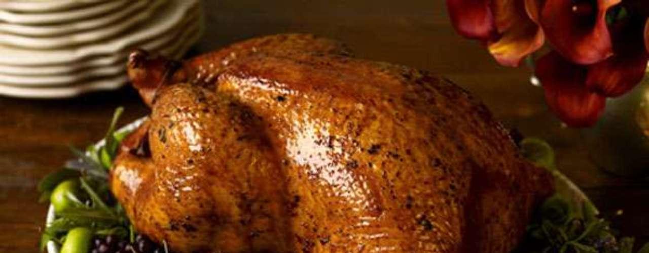 No te olvides de engalanar tu receta de pavo con hojas de lechuga, arándanos o uvas.