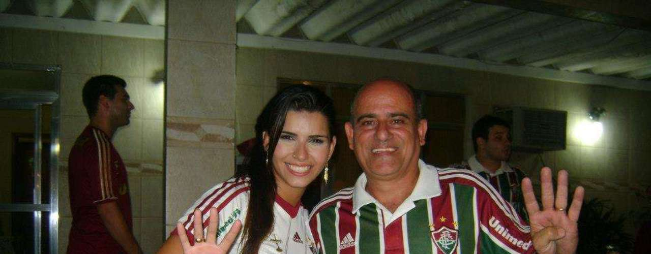 Bianca Leao celebró con demás segudiores del Fluminense la conquista del campeonato.