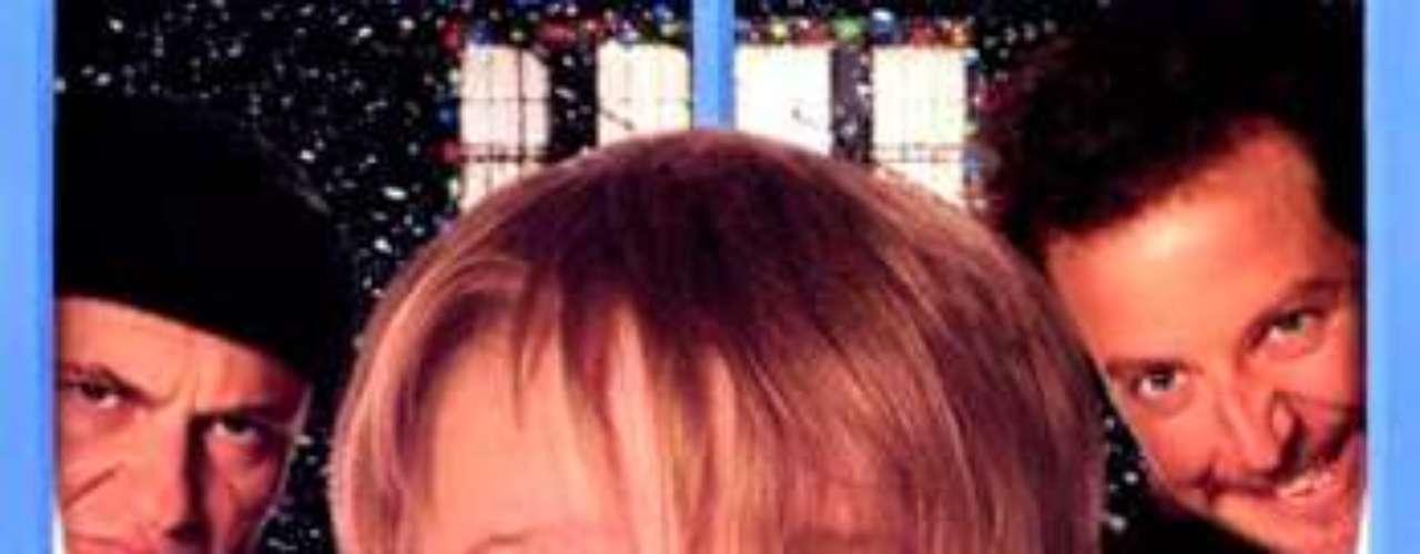CUENTOS: Home Alone- Mi Pobre Angelito, 1990. Kevin McAllister es un niño de ocho años, miembro de una familia numerosa, que accidentalmente se queda abandonado en su casa cuando toda la familia se marcha a pasar las vacaciones a Francia. Kevin lucha contra Harry y Marv, dos bribones que se proponen asaltar todas las casas del vecindario.