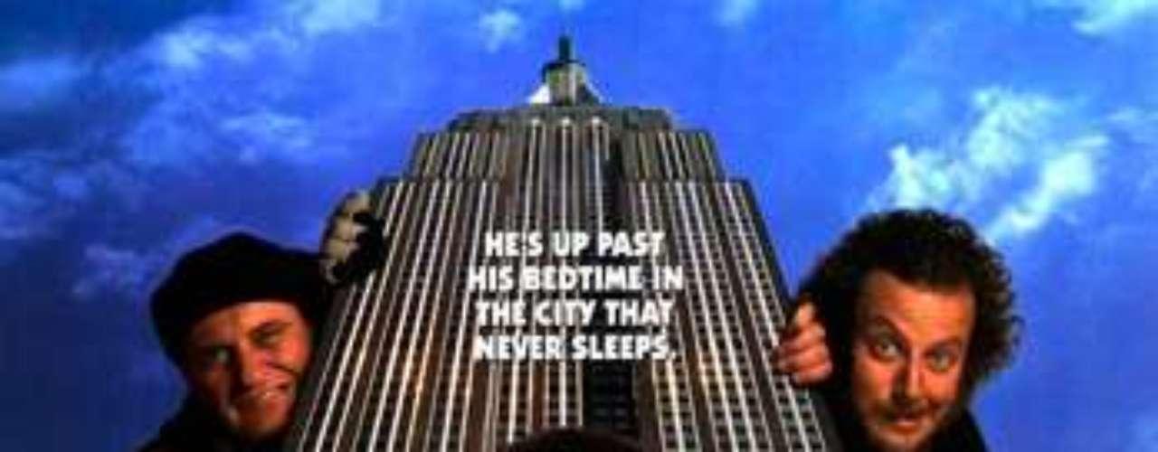 CUENTOS: Home Alone 2- Mi Pobre Angelito 2, 1992. En plenas fiestas navideñas, el pequeño Kevin y su familia están a punto de coger un avión para disfrutar de unas pequeñas vacaciones, pero Kevin se equivoca y embarca en un avión que lo lleva a Nueva York, donde vuelve a encontrarse solo y desprotegido.