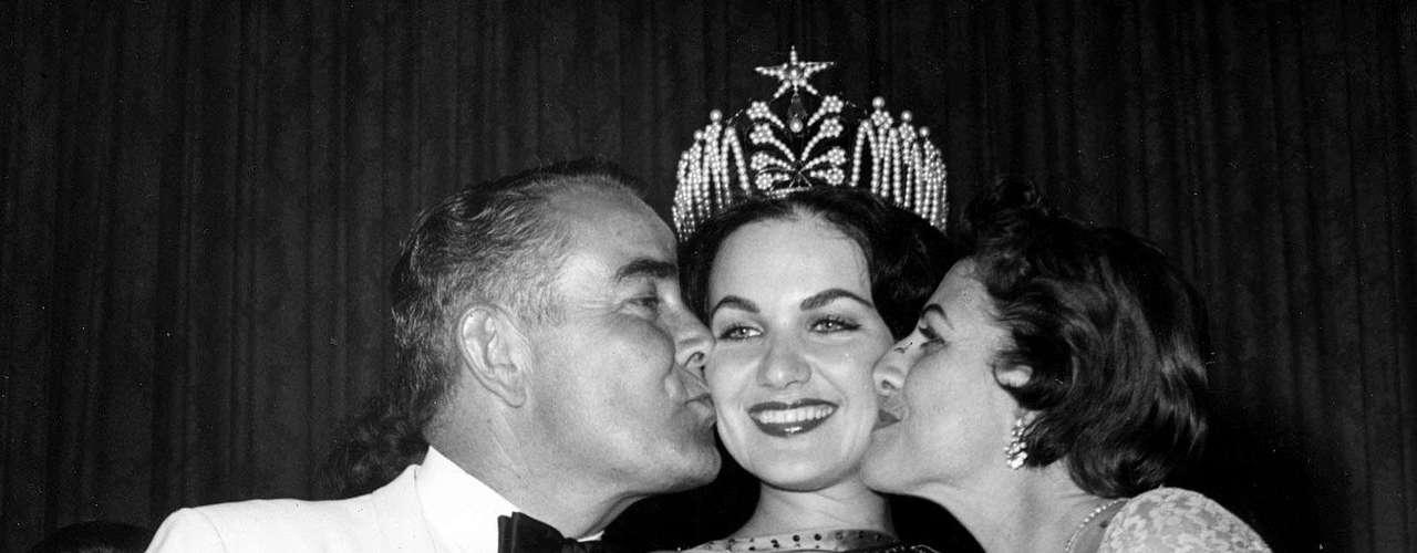 Linda Bement, Miss Universo 1960. Nuevamente el Miami Beach Auditorium de Miami fue el escenario que vio coronar con el mayor título de belleza a una mujer nacida en su tierra. Obtuvo la corona entre 43 participantes y el título le fue impuesto por su antecesora la japonesa Akiko Kojima.