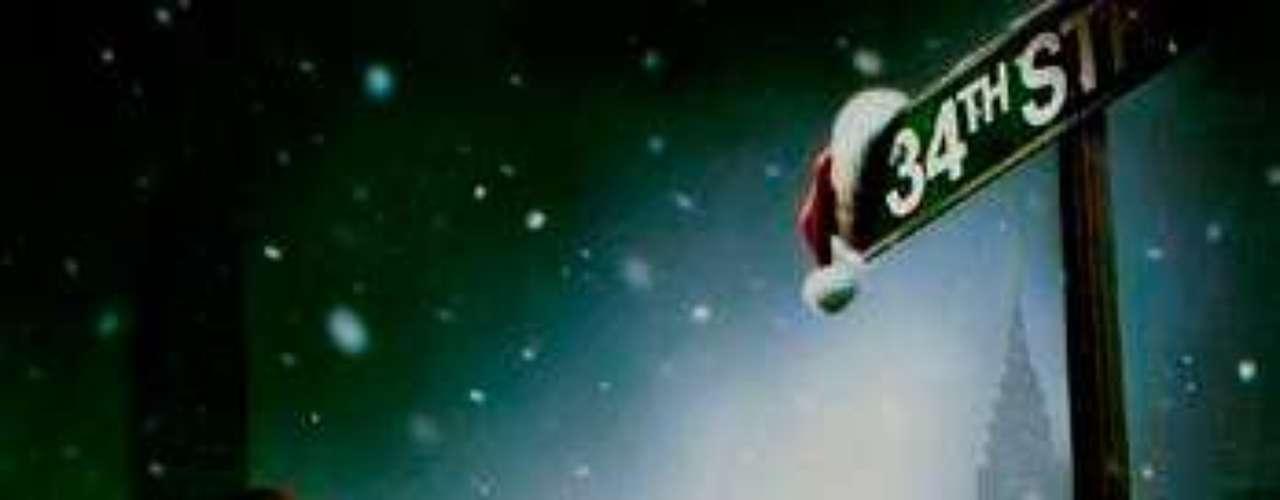 CUENTOS: Miracle on 34th Street- Milagro En La Ciudad, 1994. Durante un desfile navideño organizado por los grandes almacenes Macy, el hombre que encarna a Santa Claus es sustituido por indisposición. Un anciano llamado Kris se ofrece a la señora Walker, responsable del desfile, para encarnar a Santa Claus. Después del desfile es contratado por dar a la perfección el tipo de personaje, pero todo se complica cuando él asegura que es el auténtico Santa Claus. Remake del clásico \