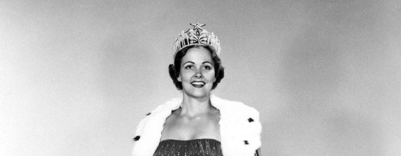 Miriam Stevenson, Miss Universo 1954. En la tercera edición del certamen en el Auditorio Municipal de Long Beach la estadounidense se quedó con la corona entre 33 jóvenes de todo el mundo que se reunieron para participar del evento.