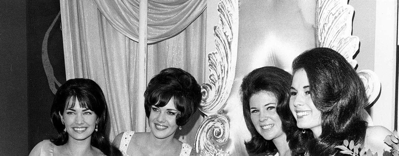 Sylvia Hitchcock, Miss Universo 1967. El Auditorio de Miami Beach fue el escenario donde la norteamericana ojiazul, de 21 años, Sylvia Louise Hitchcock, se llevó el título entre 55 participantes, convirtiéndose en la cuarta soberana de Estados Unidos. Su antecesora Marta Maria Cordeiro Vasconcellos le impuso la corona.