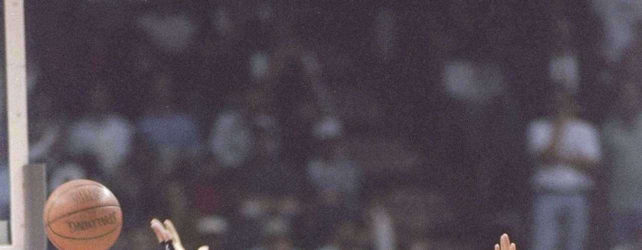Nació en el seno de una familia pobre, sin embargo, y en gran medida a su gran estatura logró llamar la atención de los reclutadores de la NBA, y en 1993 llegó mediante el draft con Washington Bullets.