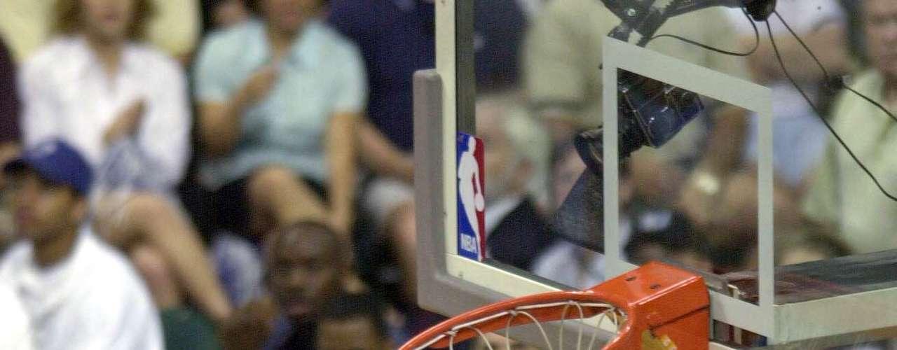 El alemán Shawn Bradley, jugó doce temporadas en la NBA, con sus 2, 29 metros de estatura. Fue un jugador lento, pero defensivamente tuvo cualidades que lo hicieron acreedor a obtener récords como: ser el único jugador que bloqueó 10 o más lanzamientos en dos partidos consecutivos diferentes, o estar dentro de los máximos taponadores de todos los tiempos.