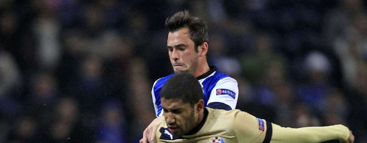 Porto's Steven Defour (back) fights for the ball with Dinamo Zagreb's Sammir during their Champions League Group A soccer match at Dragon Stadium in Porto November 21, 2012.