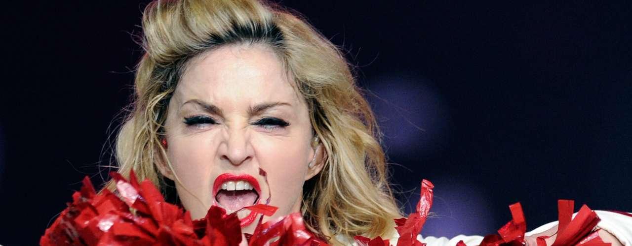 En Francia fue abucheada por cantar tan sólo 45 minutos, hubo fans que acamparon días antes para verla en el escenario pero la 'Chica Material' terminó por desilusionarlos.