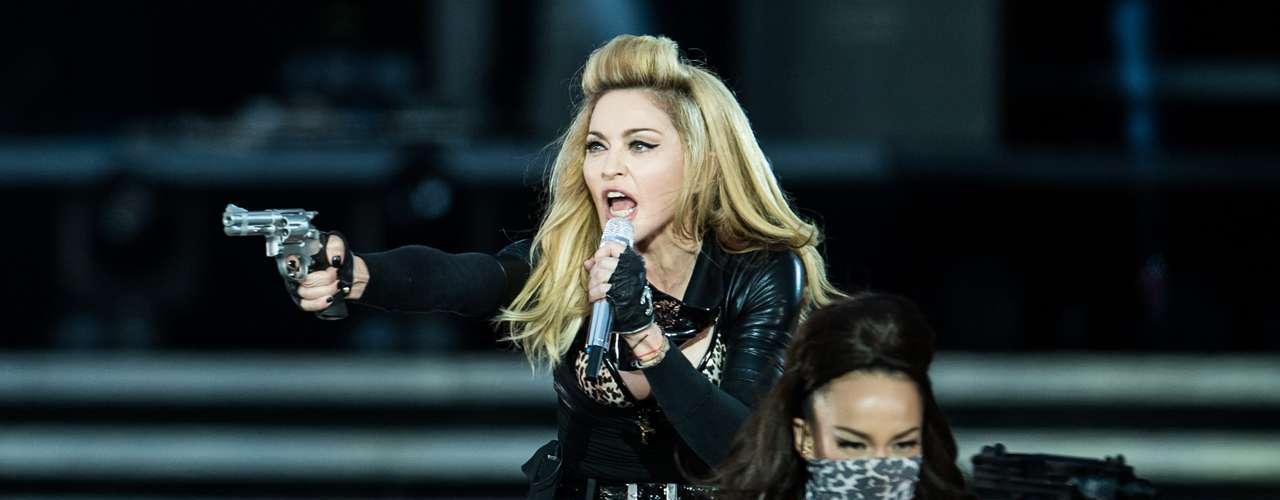 En países como Escocia e Irlanda, 'La Reina del Pop' fue criticada por usar armas en su montaje escénico. La acusaron de incitar a la violencia.