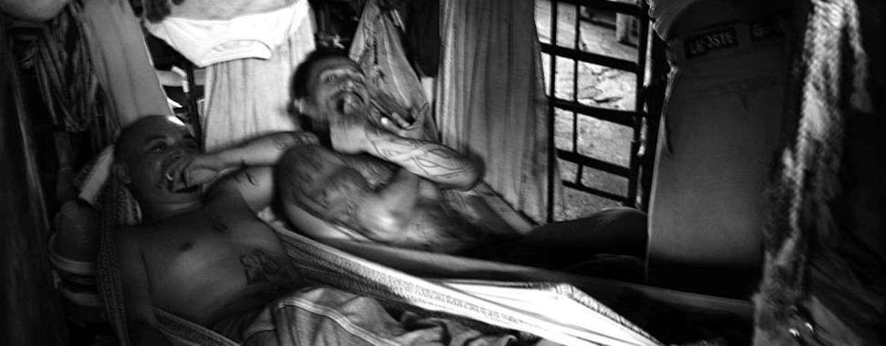 Viven en dormitorios sin luz para mil personas, cinco veces más de su capacidad máxima.