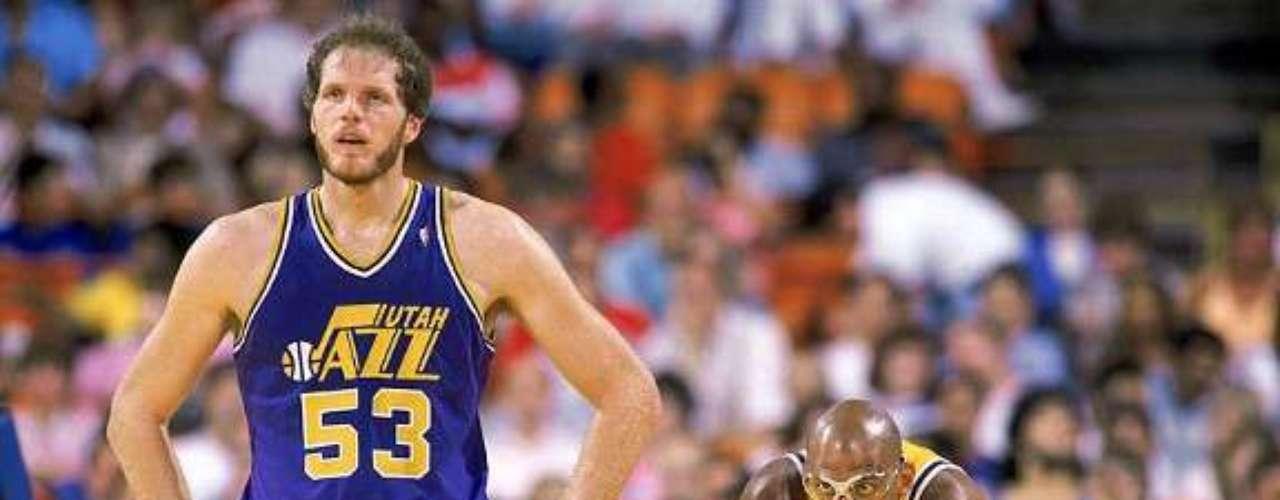 El norteamericano Mark E. Eaton con 2,24 metros de altura fue elegido en el draft de 1982 por el Jazz de Utah y sorprendió desde el primer momento. No tardó en quitarle el puesto de poste a Danny Schayes, consiguiendo poner 275 tapones en 81 partidos, lo que suponía un récord de la franquicia. Sus 3,4 tapones por partido lo situaron como el tercero mejor de la NBA. Batió el récord histórico de la Liga, con 456 tapones en una sóla temporada. Finalizó con la increíble cifra de 3064 tapones, el cuarto mayor de toda la historia, sólo por detrás de Hakeem Olajuwon, Dikembe Mutombo y Kareem Abdul-Jabbar, y con el mejor promedio de todos los tiempos, que todavía no ha sido batido, con 5,3 tapones por partido.