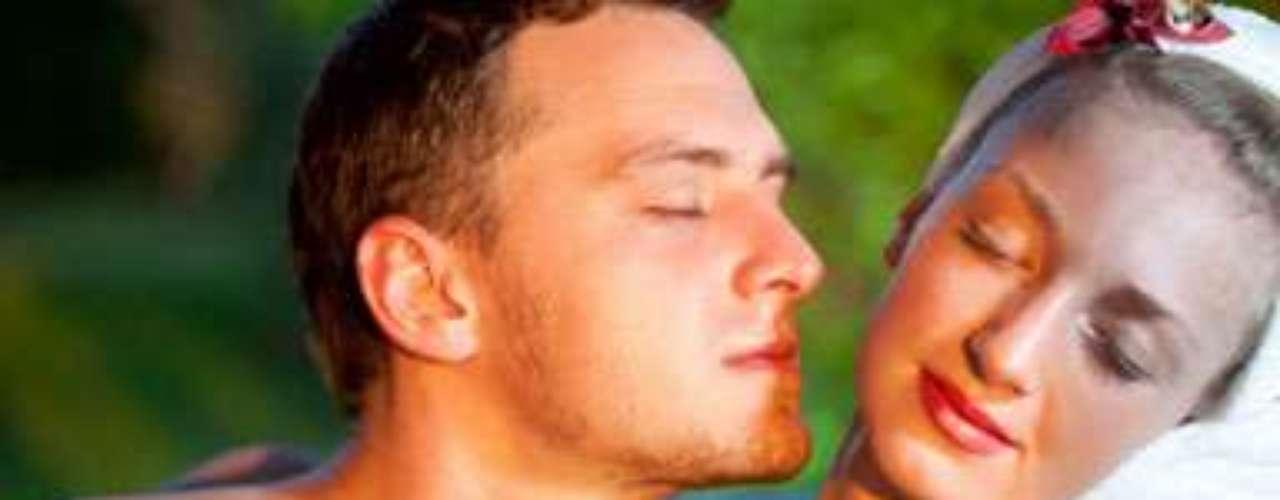 5 - Apuesta por los aromas. Ciertos olores pueden afectar el deseo sexual. Según el libro SCENTsational Sun, el neurólogo Alan Hirsch, el aroma de lavanda, regaliz y pastel de calabaza tienen la facultad de aumentar el flujo sanguíneo a la región genital. Utiliza velas u otros objetos con estas esencias o cualquier otro de tu gusto.