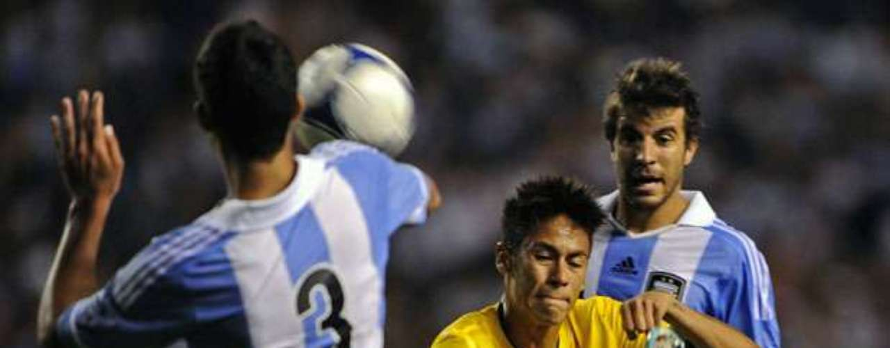 Neymar tries an overhead kick while Argentines look on.
