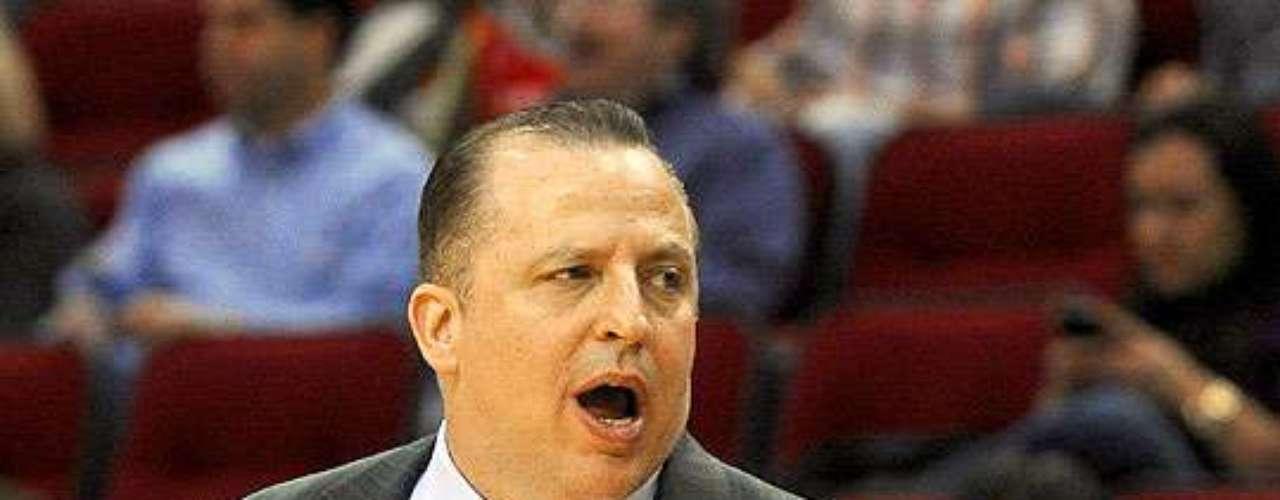 Bulls vs. Rockets: El coach de Chicago, Tom Thibodeau, da instrucciones a sus jugadores de banca.