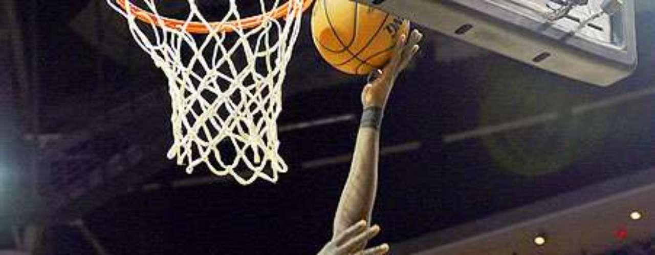 Bulls vs. Rockets: Luol Deng (9) lanza a la canasta ante la miradas de Marcus Morris (2) y Greg Smith (4).