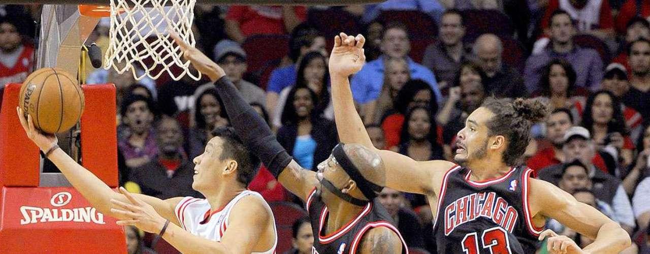 Bulls vs. Rockets: Jeremy Lin (7) lanza el balón a la canasta ante la marca de Richard Hamilton (32) y Joakim Noah (13).