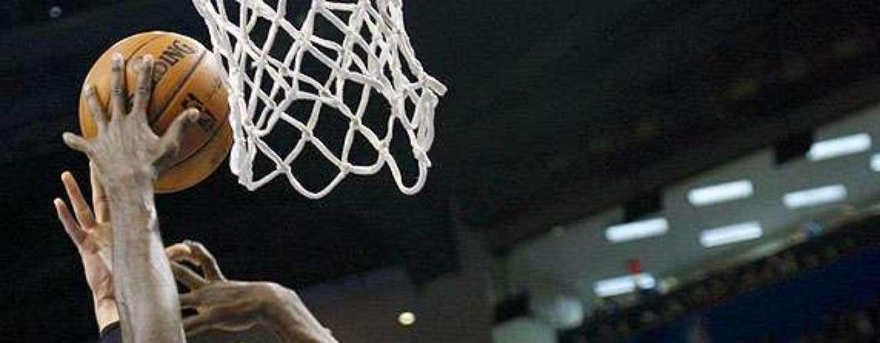 Clippers vs. Thunder: Blake Griffin pelea el balón con Kendrick Perkins y Serge Ibaka (9).