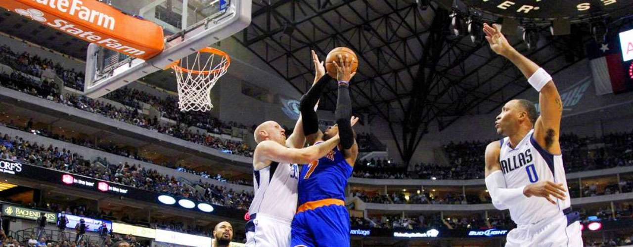 Knicks vs. Mavericks: Chris Kaman bloquea el disparo de Carmelo Anthony ante la miradas de Tyson Chandler (6), O.J. Mayo y Shawn Marion (0).