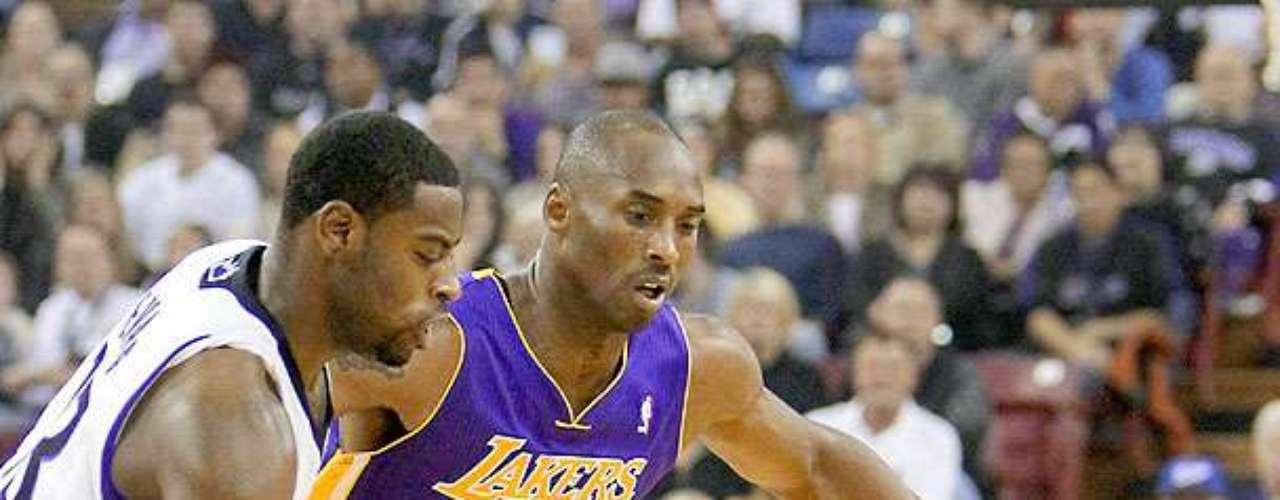 Lakers vs. Kings: Tyreke Evans pelea por el balón con Kobe Bryant.