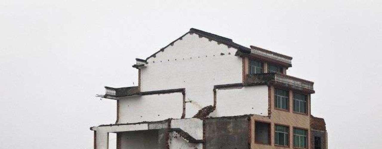 Una pareja de ancianos de la provincia de Zhejiang, al este de China, se niega a abandonar su casa, que se encuentra en medio de una autopista en construcción, hasta que las autoridades les paguen una subvención \
