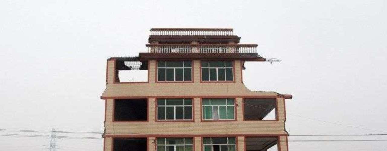 Luo explicó al diario que la construcción de su vivienda costó, en el año 2001, unos 600.000 yuanes (96.300 dólares, 74.690 euros) y que ahora se necesitarían \