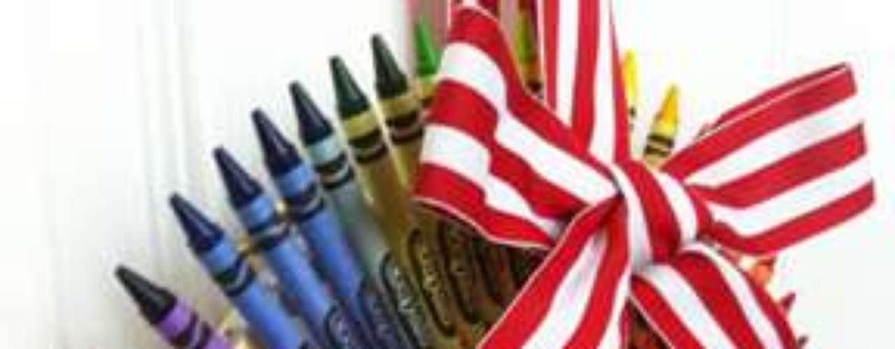 Esta corona hecha de crayones es una opción ideal para el cuarto de los niños, además de barata y fácil de hacer.