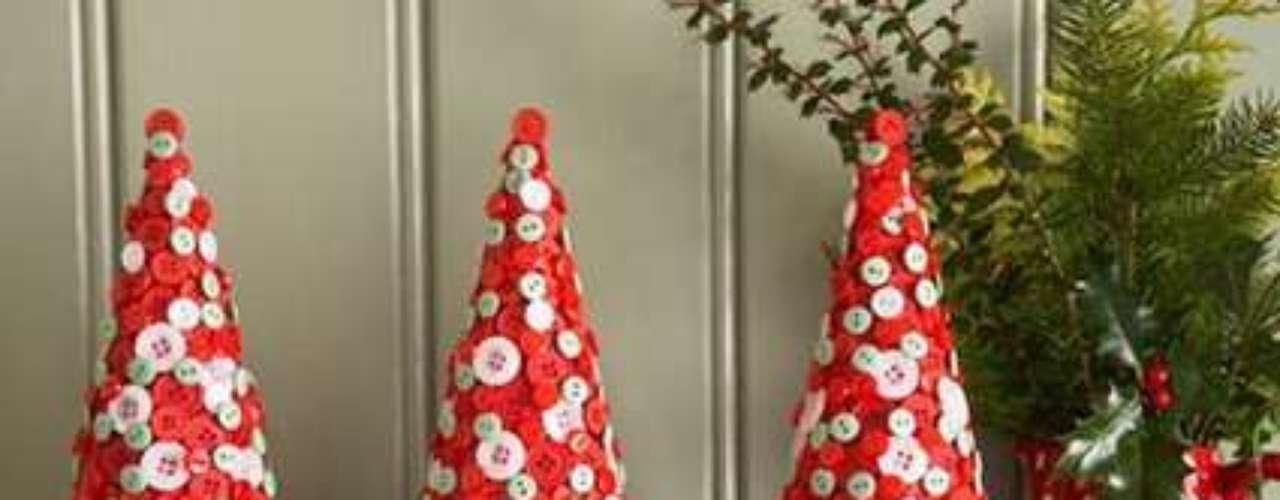 Con un cono de cartón y botones de colores puedes crear estos divertidos pinos para tu mesa de centro.
