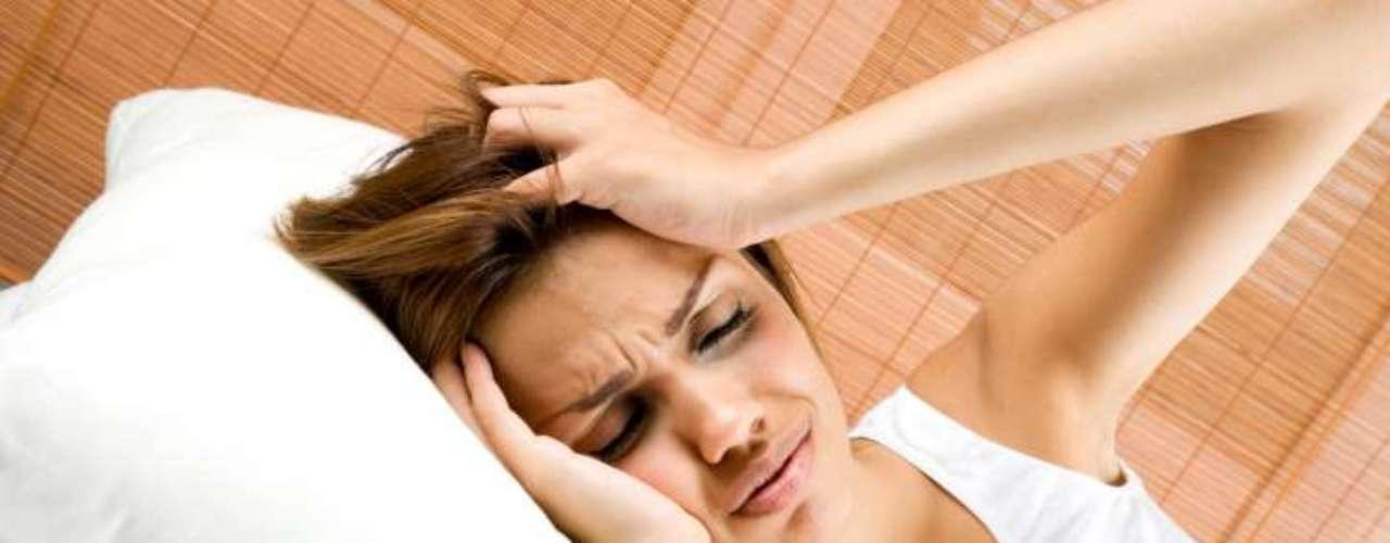 Cuarta señal: si tus dolores de cabeza empeoran en un periodo de días, semanas o meses, puede ser una señal de alerta.