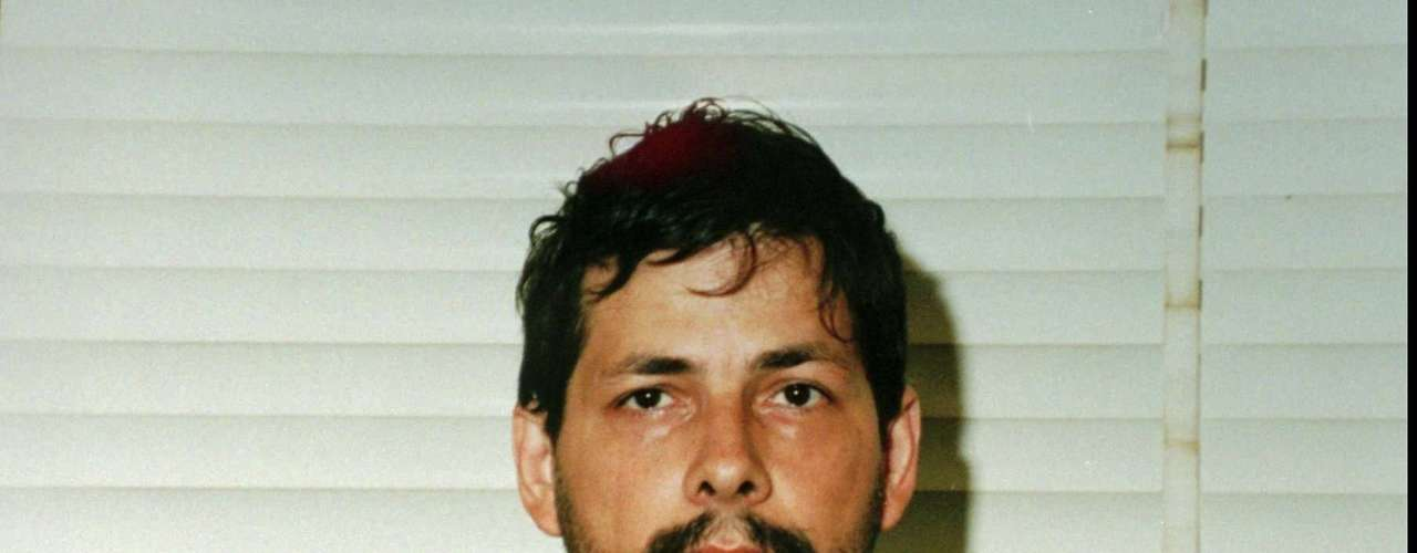 Los crímenes de Marc Dutroux, un asesino en serie belga,sacudieron al mundo en la década de los 90. Dutroux cumple una condena por haber secuestrado, torturado y abusado sexualmente de seis niñas y adolescentes de 8 a 19 años de edad, entre 1995 y 1996. Su juicio fue uno de los más públicos y fue sentenciado en el 2004. Pero aunque fue condenado a cadena perpetua hoy solicita la libertad condicional, tras haber cumplido un tercio de la condena.