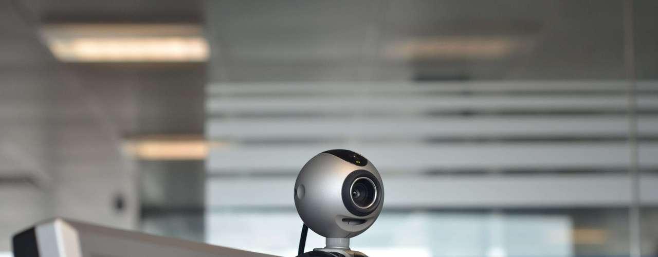 2- Gracias a la cafetera se inventó la webcam. ¿Se acuerda de cómo era la vida antes de internet? A principios de los 90, la web no tenía motores de búsqueda, redes sociales ni tampoco cámaras. Los científicos que inventaron las primeras webcams, en realidad buscaban otra cosa muy distinta: café caliente.