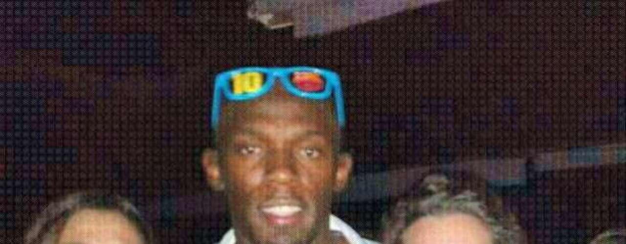 El hombre más rápido del mundo posó con los aficionados que lo saludaron en la noche.