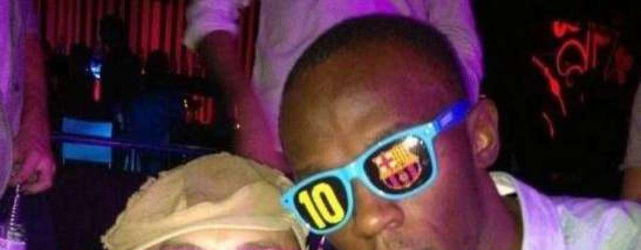 Después de ser nombrado Atleta IAAF Masculino del Año, Usain Bolt salió a disfrutar de la vida nocturna en Barcelona y lució unos lentes del club catalán.