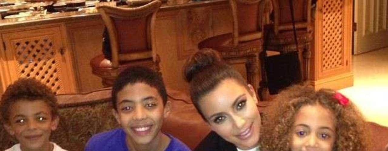 ¿En preparativos? Kim Kardashian muestra su lado materno y abraza a los niños de su amiga. Ella no oculta su esperanza de algún día empezar a formar su propia familia. Y quizás Kim siente que el tiempo casi le ha llegado.