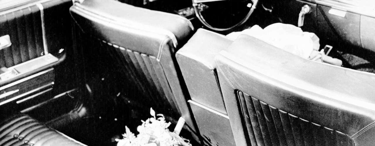La limousina tardó unos cuatro minutos en llegar al hospital más cercano, tiempo en el cual la primera dama sostenía la cabeza ensangrentada de su esposo.