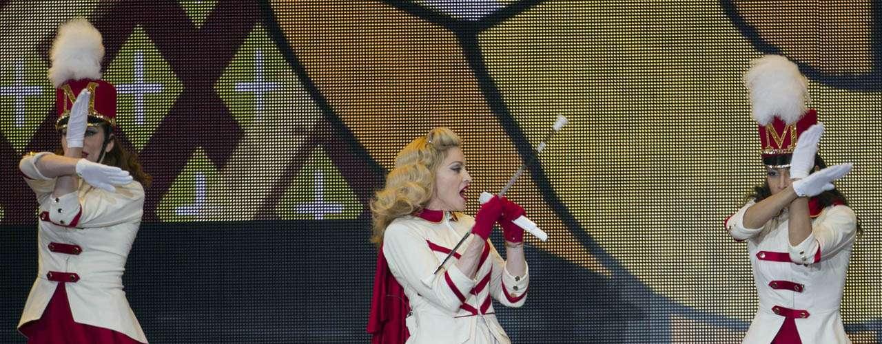 Madonna pasó de la sordidez a la fiesta entre sus actos.