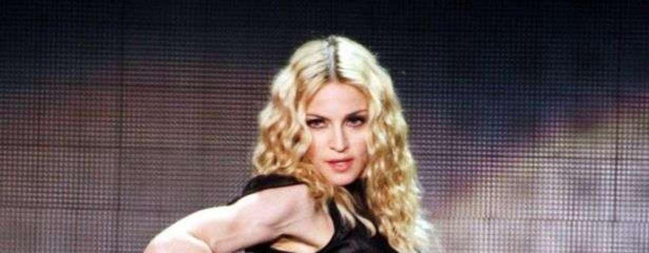Es increíble que Madonna tenga un cuerpo tan escultural a sus 54 años y sobre todo una condición física que miles envidian. Tras su gira mundial MDNA la cantante baila, canta y por supuesto quema calorías, pero ¿cómo se ha mantenido radiante desde el inicio de su carrera? Aquí te lo revelamos, ¡toma nota!