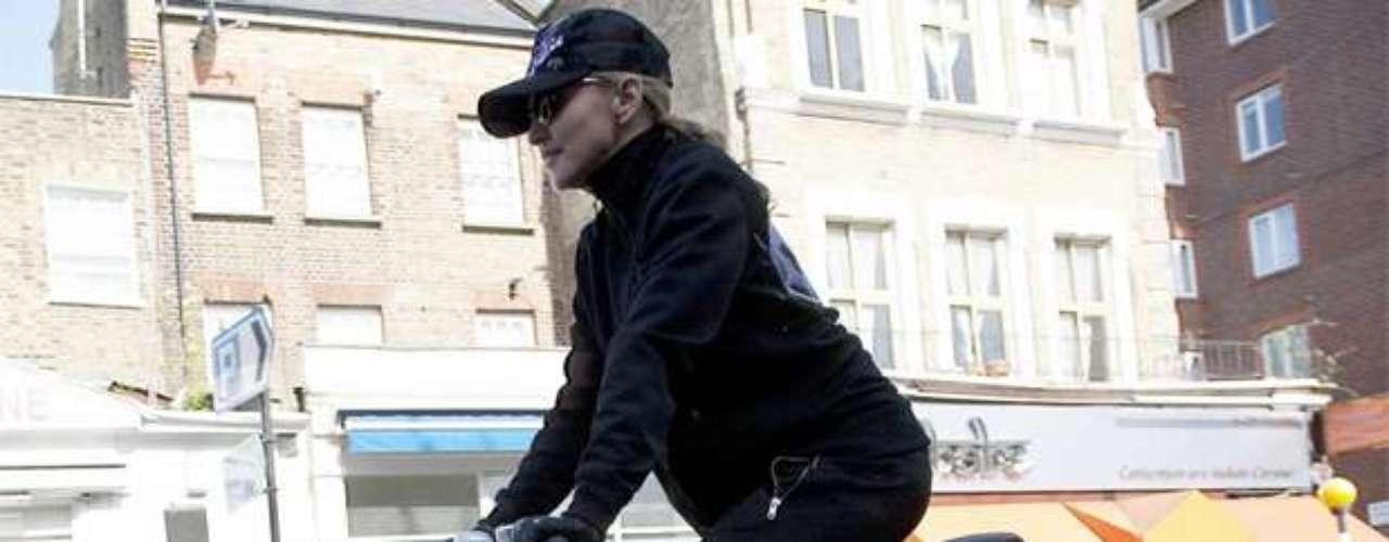 Porque Madonna no desaprovecha un minuto para hacer ejercicio, se le ve constantemente yendo al gimnasio en bicicleta. De esa forma comienza su rutina con un poco de cardio. Sino también es común verla corriendo, lleva haciendo jogging desde su época como la 'chica material'.
