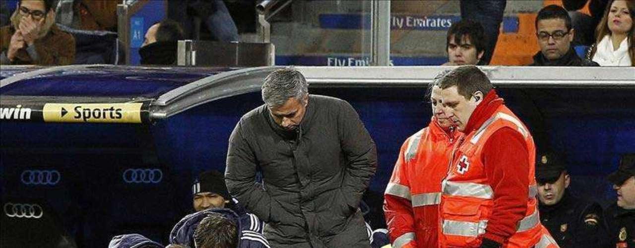 Raúl Albiol se lesiona nada más empezar el partido. Había salido con el brazalete de capitán