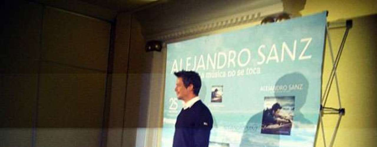 Durante la rueda de prensa que realizó el cantautor español para prensetar el disco \