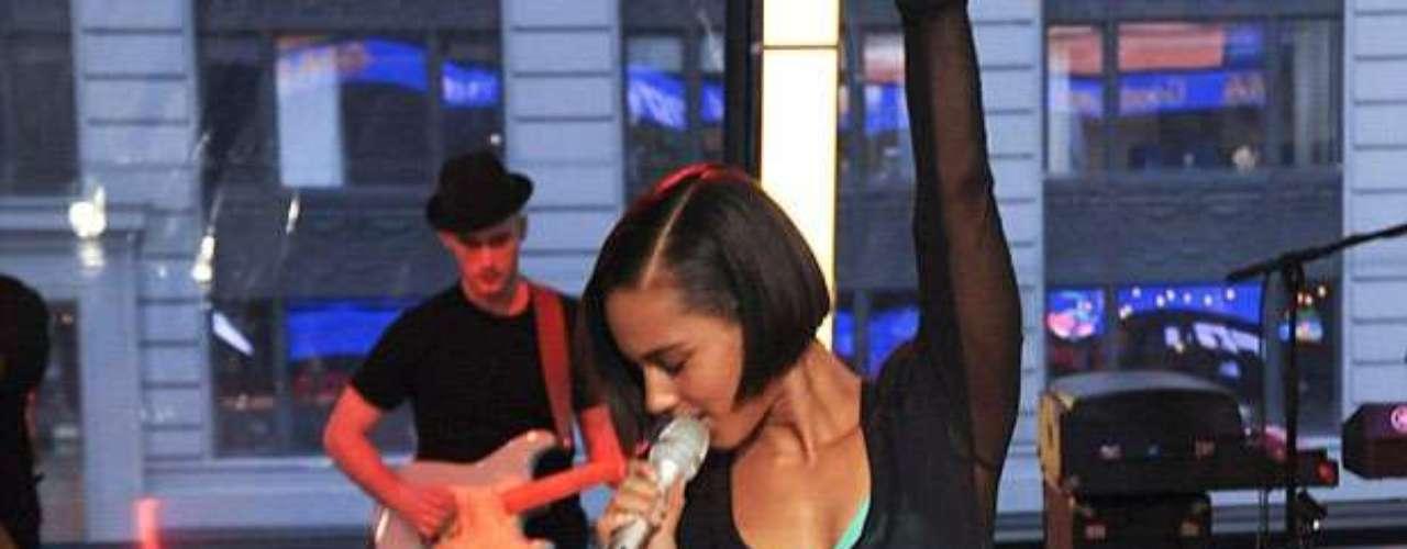 Acompáñanos a repasar la moda de mostrar los sostenes en la tarima que han adoptado las grandes divas del pop, ahora que Alicia Keys enseñó los suyos de color azul en plena presentación en los estudios del programa \