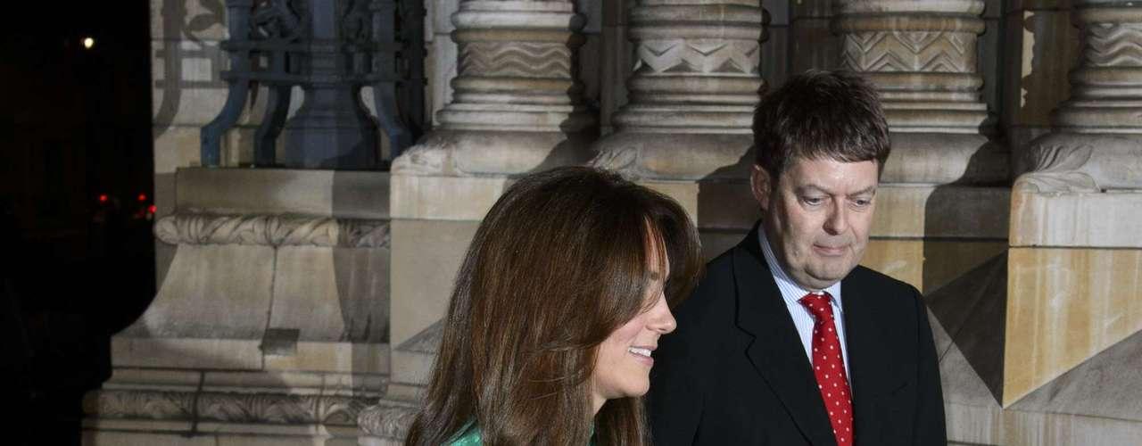 La Duquesa Catalina de Cambridge inauguró la galería de 'Tesoros' en el Museo de Historia Natural en Londres. Catalina lució un nuevo look pero siempre luciendo hermosa