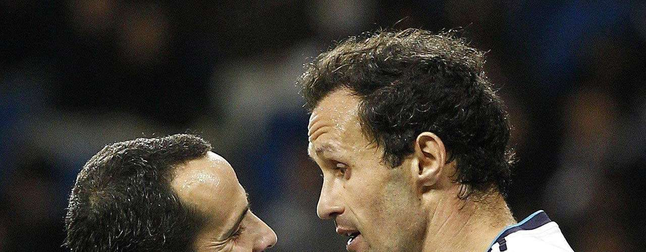 El defensa portugués del Real Madrid Ricardo Carvalho se enfrenta al delantero del Alcoyano Omar Sampedro