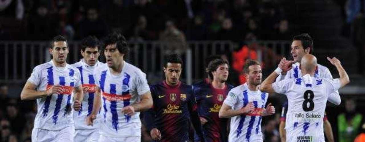 El alavés celebra el gol que sorprende al Barcelona en el Camp Nou