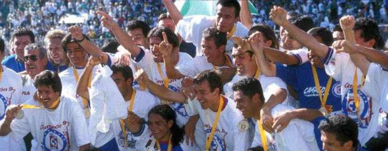 Después de 17 años sin título, Cruz Azul ganaría el campeonato en el Invierno 97 al vencer con gol de oro al León e imponerse en el global 2-1. Hasta ahora es la última estrella de la Máquina que era dirigida por Luis Fernando Tena.